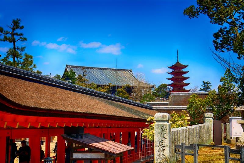 Shintoistischer Schrein Itsukushima und der buddhistische Tempel Senjokaku, Miy stockbild