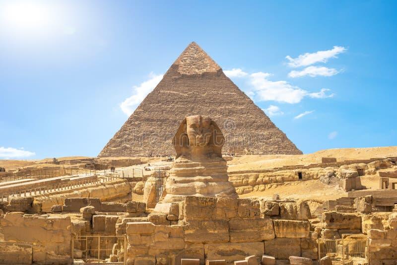Shinx και πυραμίδα στοκ φωτογραφίες