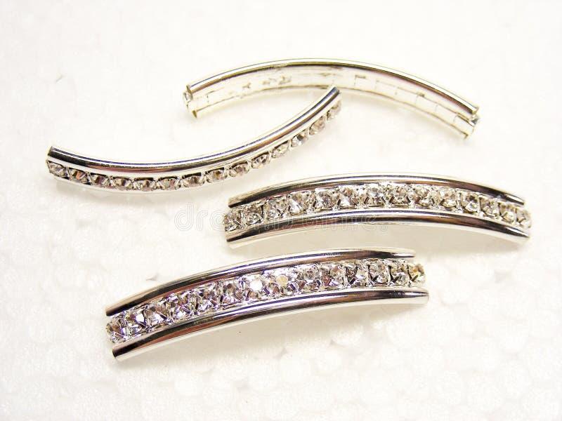 Shiny mousserande diamant rhinestones på vit bakgrund Fashion gems jewelery arkivfoto