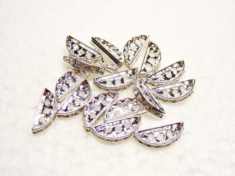 Shiny mousserande diamant rhinestones på vit bakgrund Fashion gems jewelery arkivbild
