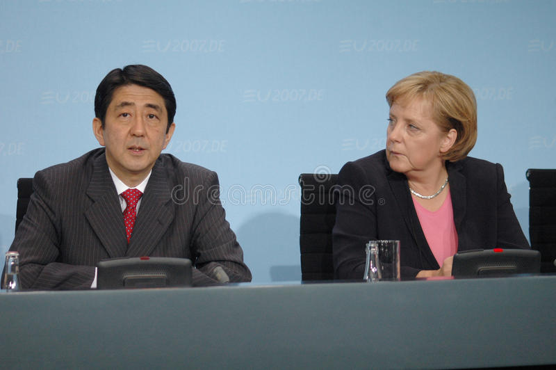 Shinzo Abe, Angela Merkel stockfotos