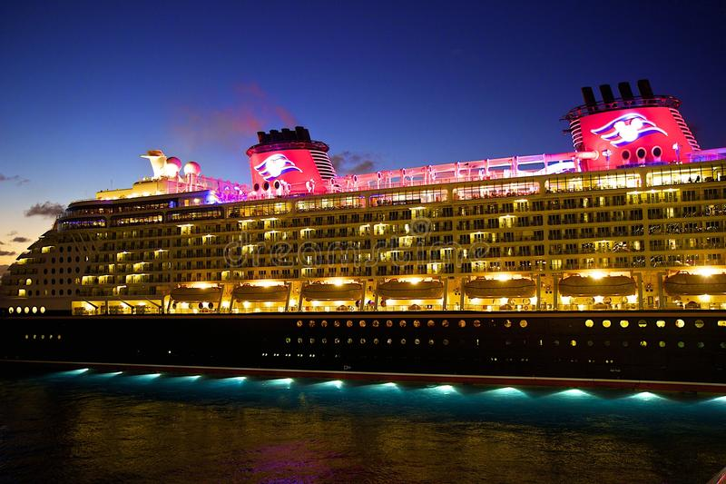 ship för kryssningdisney natt royaltyfri foto
