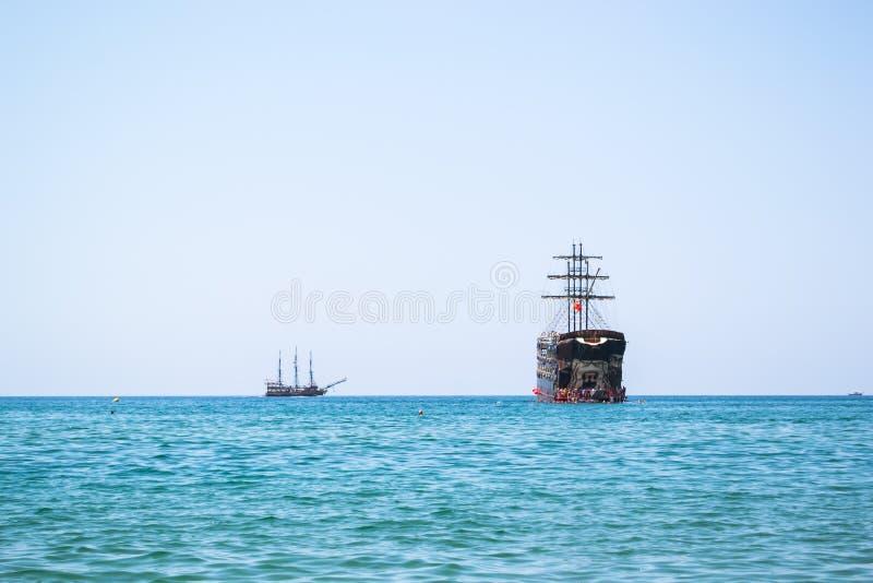 ship f?r ?ppet hav royaltyfri foto