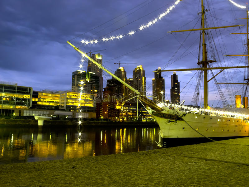 Ship och skyskrapa vid natt arkivbild