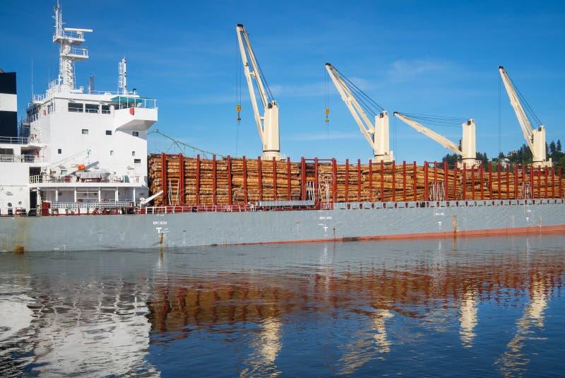 Ship som laddas med timmer royaltyfria bilder