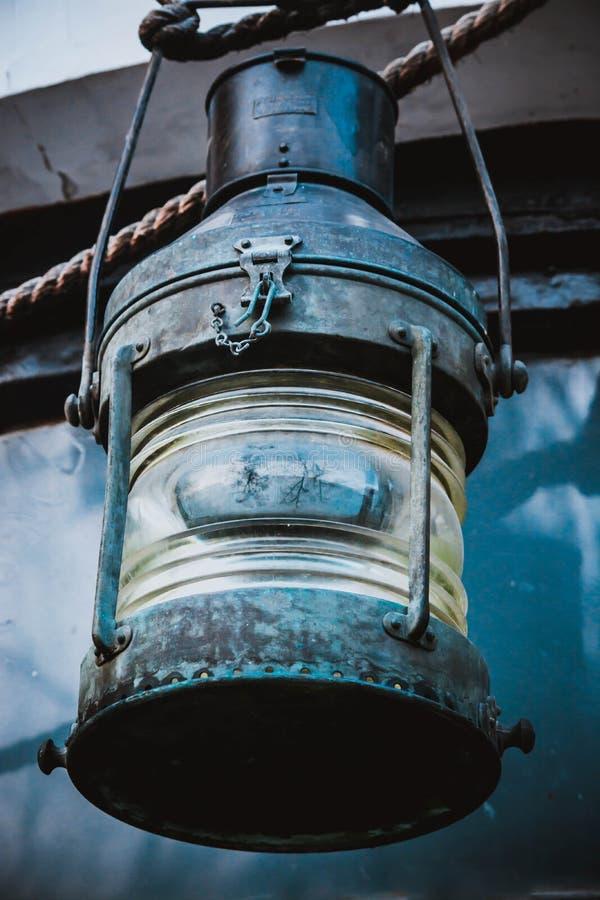 Ship& velho x27; lanterna de s imagens de stock