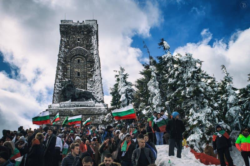 Shipka-Bulgare Monoment-Leute mit Flagge stockfotografie