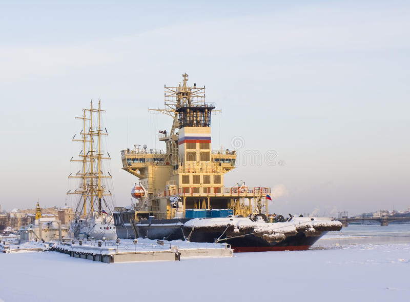 Ships i vinter, St Petersburg royaltyfri fotografi