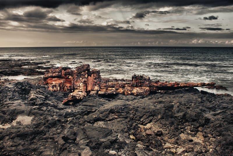 Shipwreck em uma praia da lava durante a tempestade imagens de stock royalty free