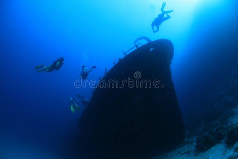 Shipwreck i nurkowie zdjęcie stock