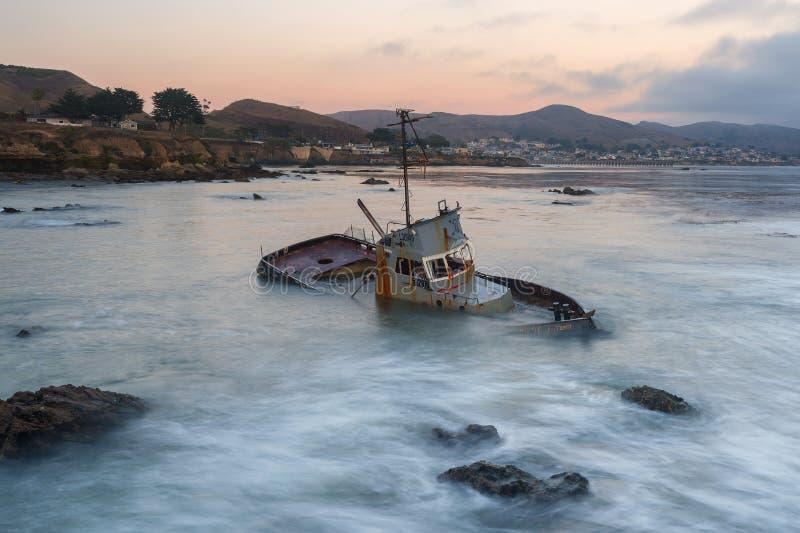 Shipwreck wśród skał na Kalifornia wybrzeżu zdjęcia stock