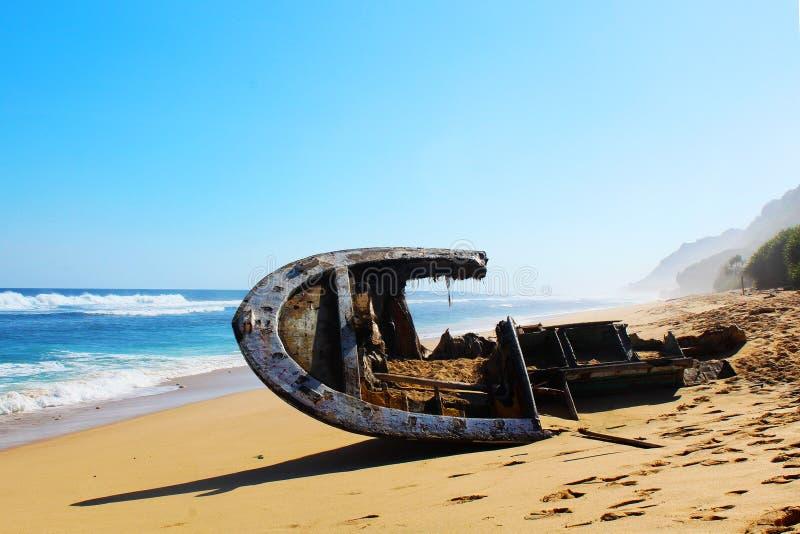 Shipwrecked na pięknej plaży zdjęcie stock