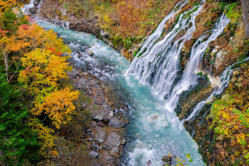 Shirahigewaterval in Daling en Autumn Season, Hokkaido, Japan stock afbeeldingen