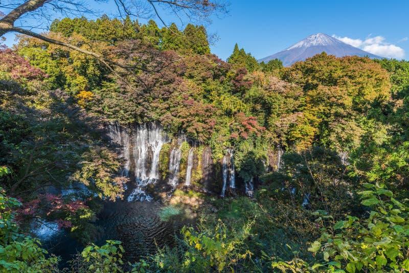 Shiraito-Fall in Herbstsaison mit Mt fuji lizenzfreie stockbilder