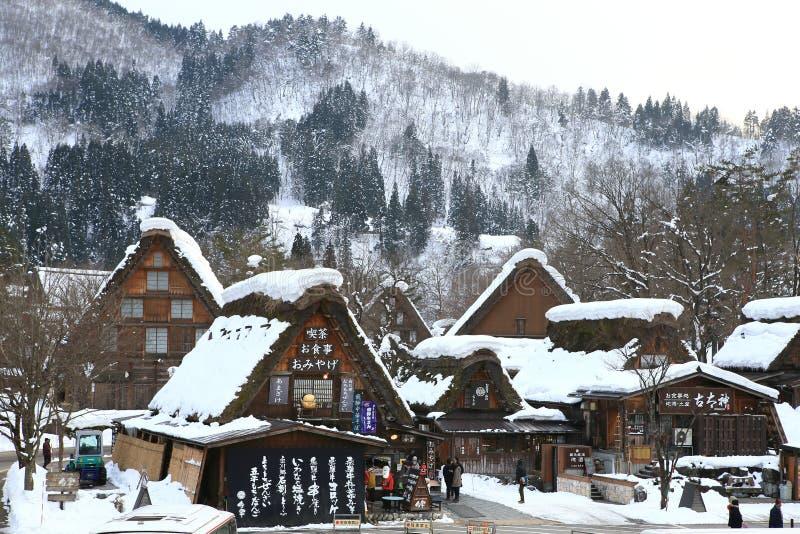 SHIRAKAWA, ΙΑΠΩΝΙΑ - 18 ΙΑΝΟΥΑΡΊΟΥ: Οι τουρίστες επισκέπτονται το παλαιό χωριό τον Ιανουάριο στοκ φωτογραφίες
