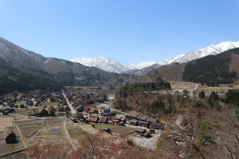 Shirakawa-πηγαίνετε χωριό, η κληρονομιά με το παραδοσιακό gassho-zukuri έχει την πλήρη άνθιση ανθών κερασιών, Ιαπωνία 04-09/04/20 στοκ εικόνα με δικαίωμα ελεύθερης χρήσης