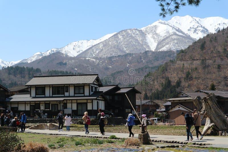 Shirakawa-идет деревня Shirakawa японское с высокими горами, 3-ье апреля - 9,2019 стоковое изображение