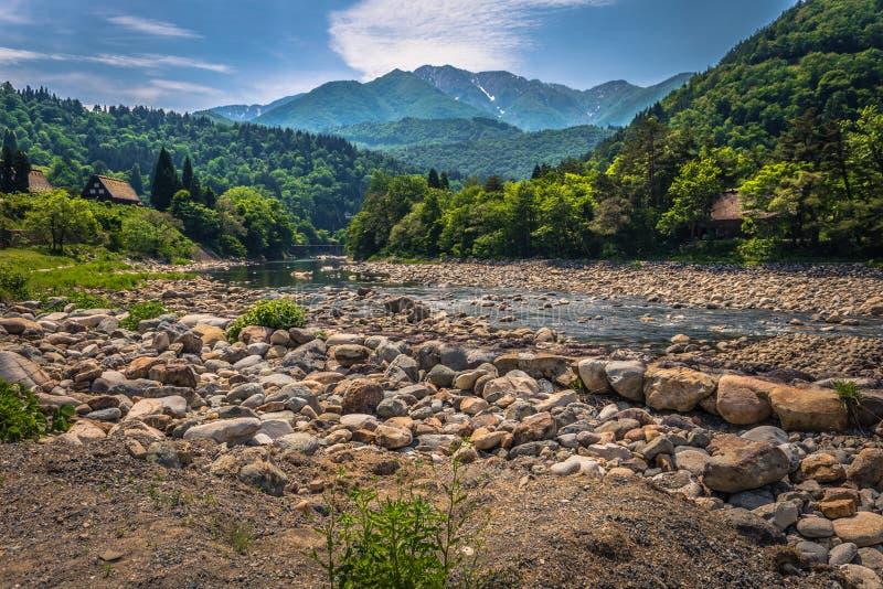 Shirakawa-allez - 27 mai 2019 : La rivière par le village de Shirakawa-vont, le Japon photographie stock