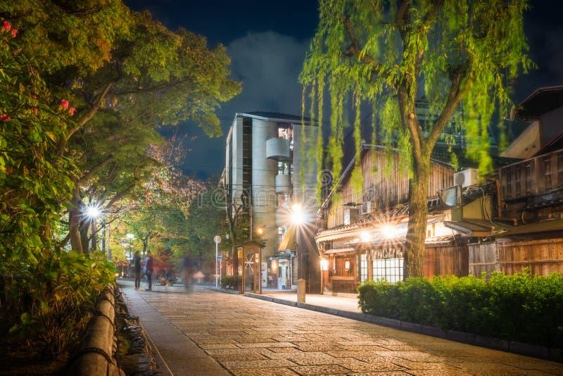 Shirakawa Dori i Gion District på natten, Kyoto, Japan arkivbild