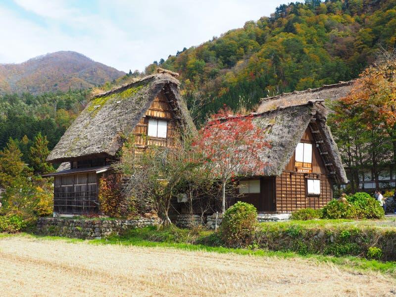 Shirakawa går, Japan, 2015 Ett av de många husen i Shiragawa går royaltyfri bild