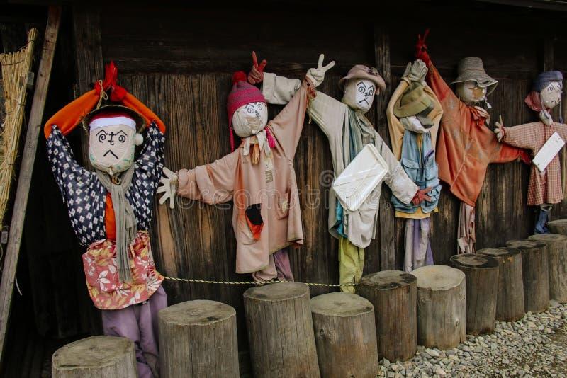 SHIRAKAWA, GIAPPONE 27 MARZO 2019: Gli spaventapasseri del giardino ornano una delle pareti delle case dentro di Shirakawa-vanno  fotografie stock