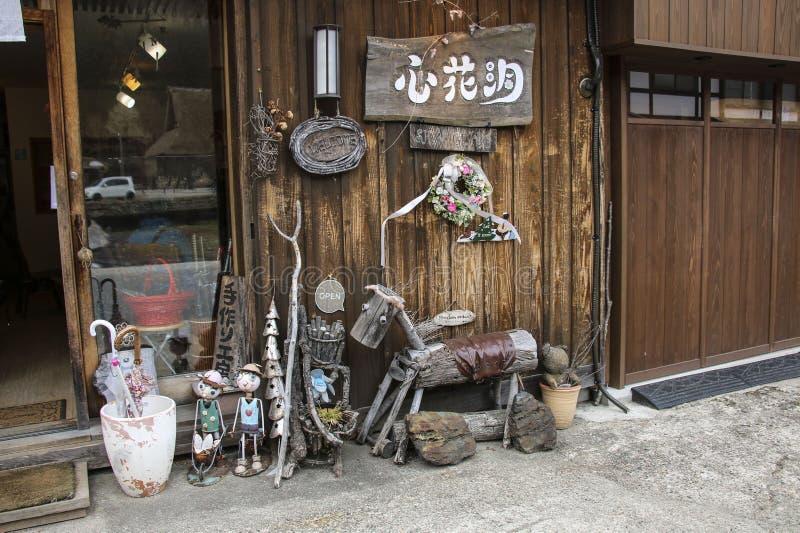 SHIRAKAWA-GO JAPONIA, MARZEC, - 27, 2019: Pięknie dekorujący wejście prezenta sklep wewnątrz Iść wioska, Japonia obrazy stock