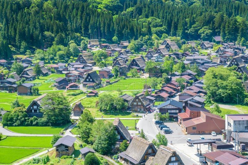 Shirakawa ou Shirakawa-vont, de petits villages historiques traditionnels dans la saison d'été, Japon images libres de droits