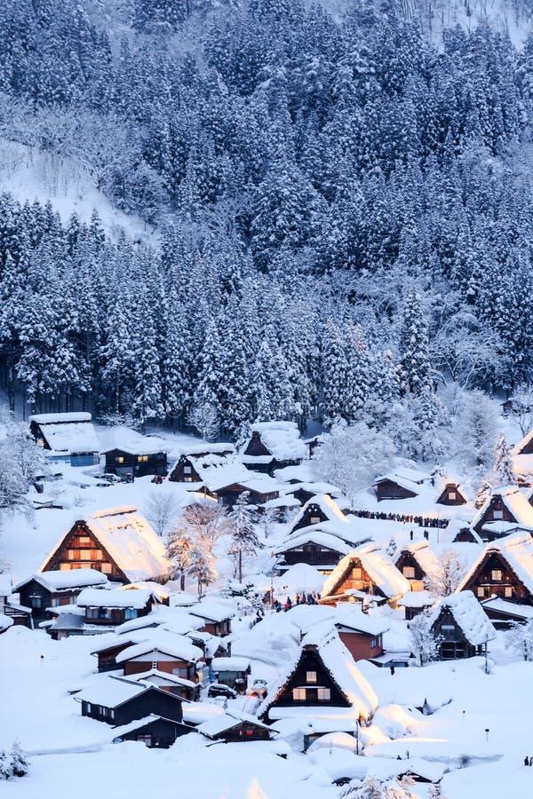 Shirakawago si accende con la priorità alta della neve fotografia stock libera da diritti