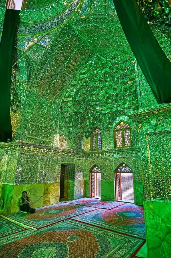 SHIRAZ, DER IRAN - 12. OKTOBER 2017: Aufwändige Dekoration des Spiegels Hall von Imamzadeh Ali Ibn Hamzeh Holy Shrine, die kleine lizenzfreie stockfotografie