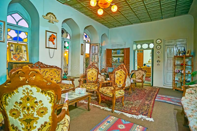 SHIRAZ, IRAN - OKTOBER 14, 2017: Het restaurant in uitstekende vlakte met klassiek meubilair, traditionele decors en smakelijke I royalty-vrije stock afbeeldingen