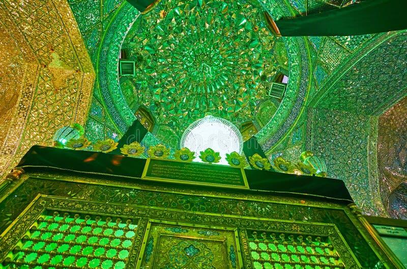 SHIRAZ, IRAN - 12 OTTOBRE 2017: Il mausoleo di Imamzadeh Ali Ibn Hamzeh Shrine è situato in specchio decorato Corridoio, che si v fotografia stock libera da diritti