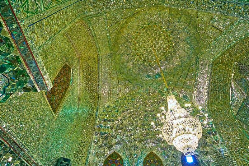 SHIRAZ, IRAN - 12 OTTOBRE 2017: Il modello complesso dei pezzi dello specchio decora la cupola e le pareti dello specchio Corrido immagini stock