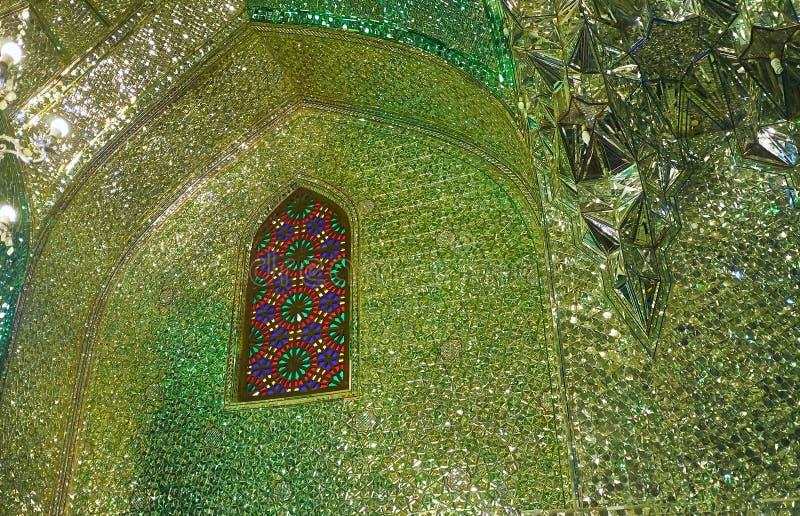 SHIRAZ, IRAN - 12 OTTOBRE 2017: Il modello dello specchio del intericate intorno alla finestra di vetro macchiato in arco dello s immagini stock
