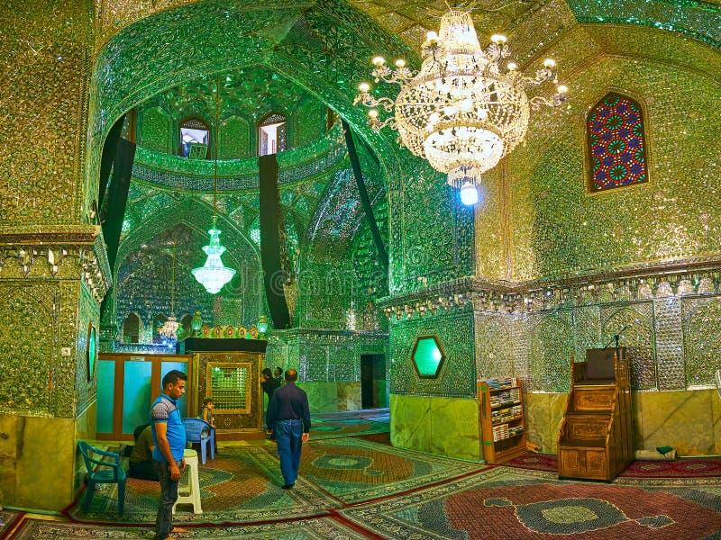 SHIRAZ, IRAN - 12 OTTOBRE 2017: Le decorazioni complesse dell'interno dello specchio Corridoio di Imamzadeh Ali Ibn Hamzeh Shrine fotografia stock libera da diritti