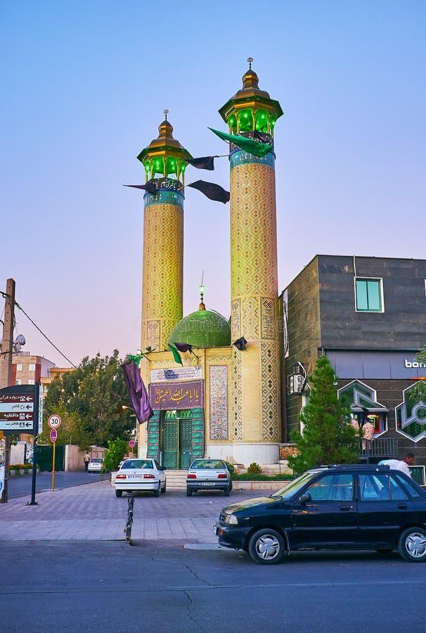 SHIRAZ, IRAN - 14 OTTOBRE 2017: Passeggiata lungo la via di Ferdowsi sull'ora blu, godente dell'insieme architctural di Ardekanih immagine stock
