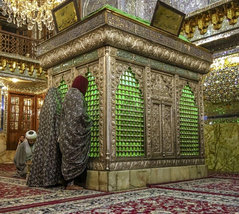 Shiraz, Iran - 2019-04-09 - Schah Ceragh Shrine - Männer beten am gespiegelten Grab von Mullah lizenzfreies stockfoto