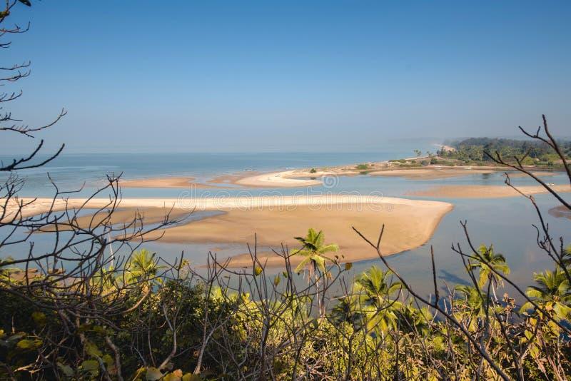 Shiroda strand i tillståndet av maharashtraen, Indien Sikt från det Redi fortet arkivfoton