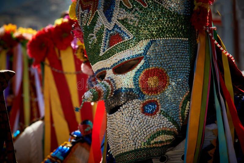 SHIROKA LAKA, BULGARIEN - 5. MÄRZ: Leute kleideten in den traditionellen Kostümen an, die Kukeri genannt wurden, feiern Ankunft d lizenzfreie stockfotografie