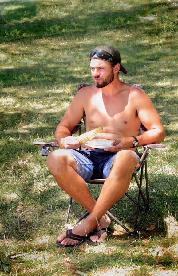 Shirtless grabb på picknicken royaltyfria bilder