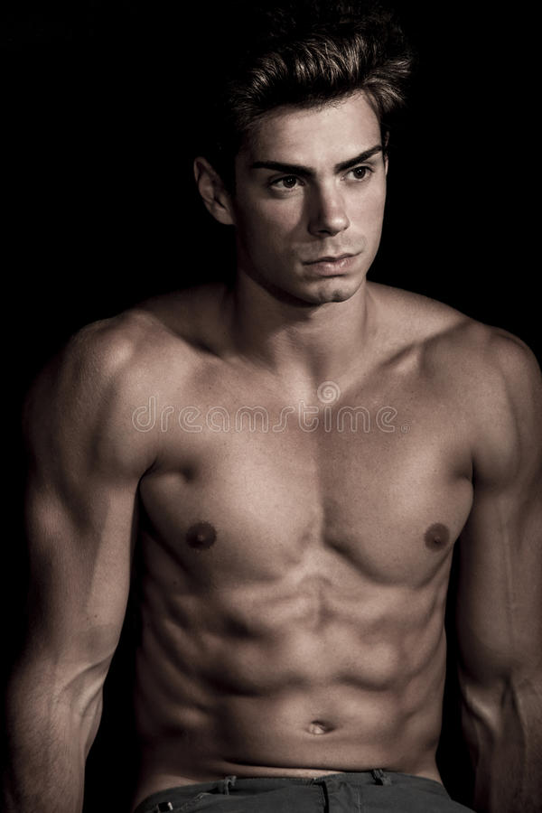 Shirtless italiensk man, buk- idrottshall Svart bakgrund arkivfoton