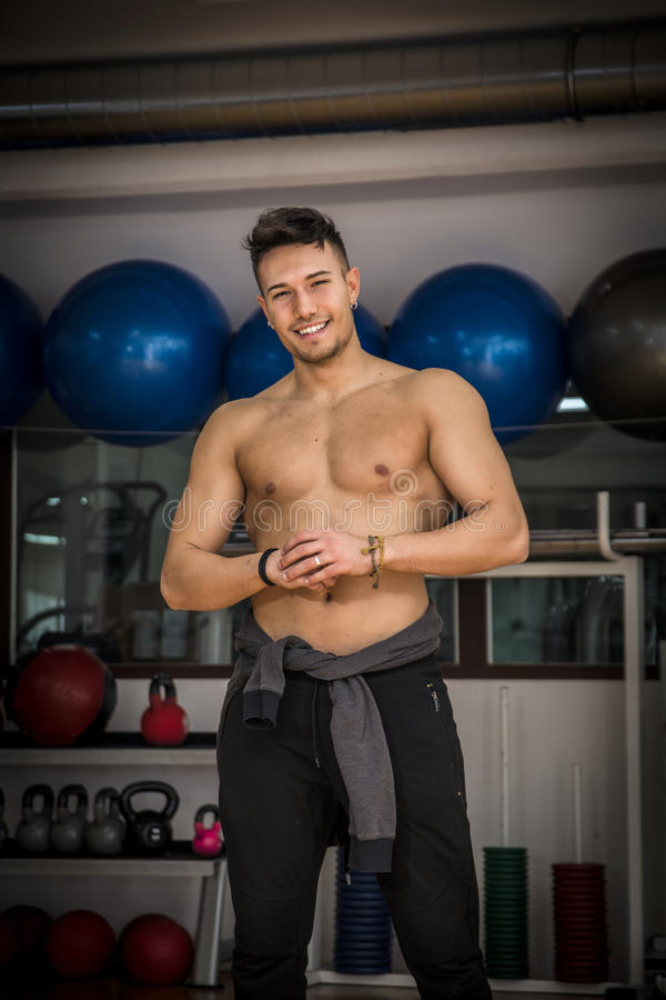 Shirtless jonge mens die in gymnastiek tijdens training rusten royalty-vrije stock fotografie