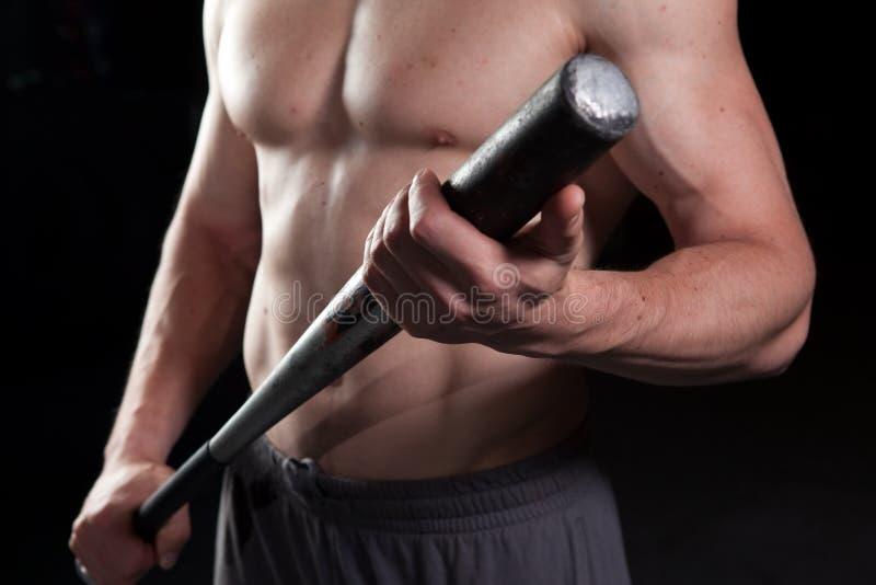 Shirtless kerel die een honkbalknuppel houdt stock fotografie