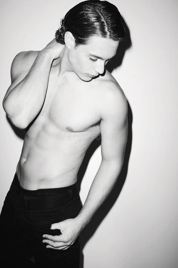 Shirtless man för sexig ung denim som är svartvit royaltyfri fotografi