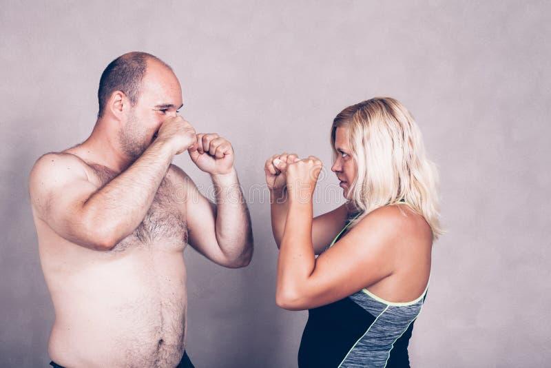 Shirtless man och kvinna som går till att slåss royaltyfria foton