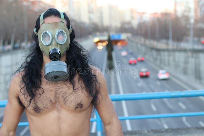 Shirtless man som bär den retro föroreningmaskeringen royaltyfria bilder