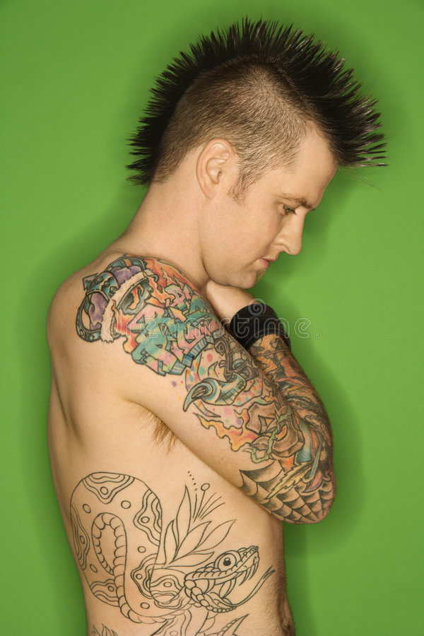 Shirtless mannetje met tatoegeringen.