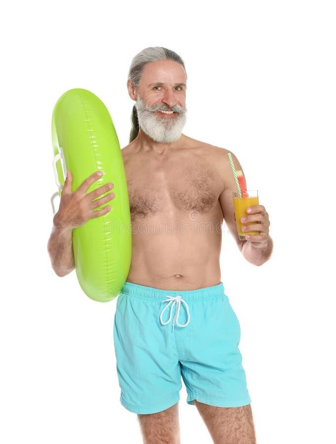 Shirtless mens met opblaasbaar ring en glas stock fotografie