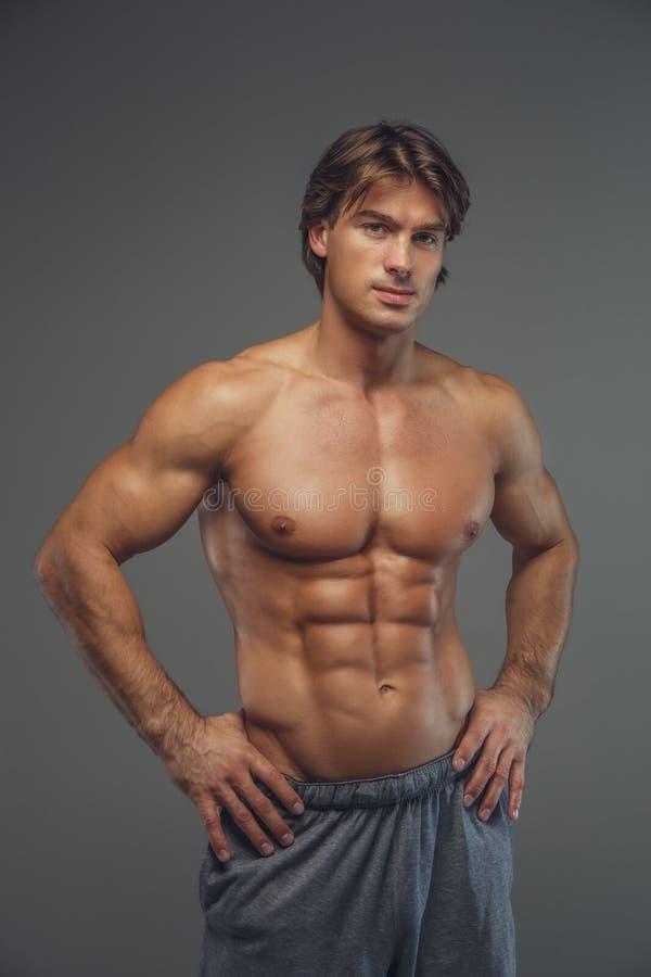 Shirtless muskulös man i kortslutningar royaltyfri foto