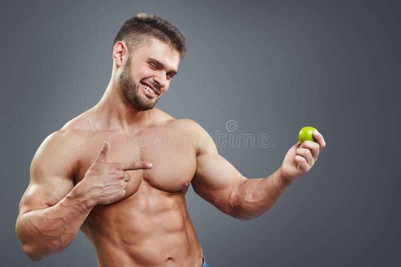 Shirtless muskulös man som pekar för att kalka royaltyfri bild