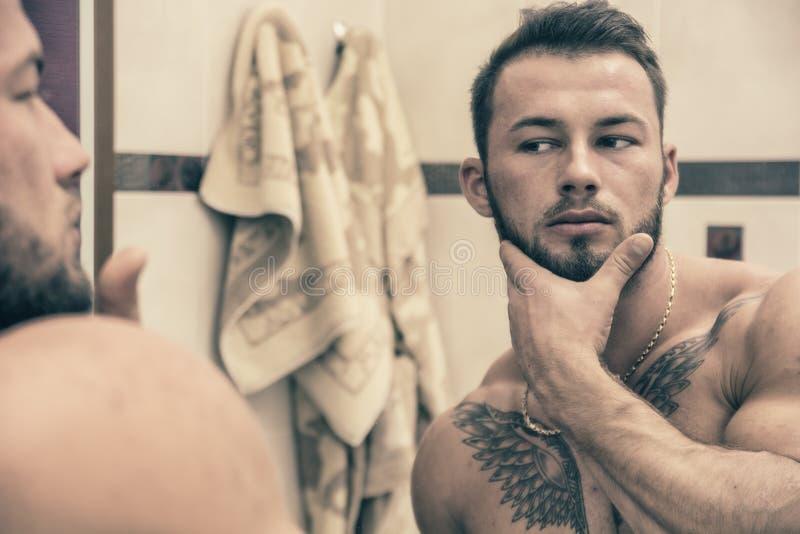 Shirtless muskulös stilig man i badrum royaltyfri fotografi